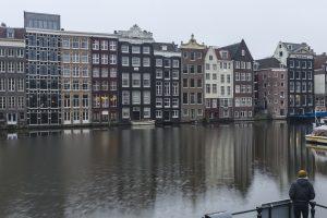Casas típicas de Amesterdão numa manhã de Outono