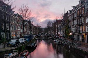 Magnifico pôr do sol num dos muitos canais em Amesterdão