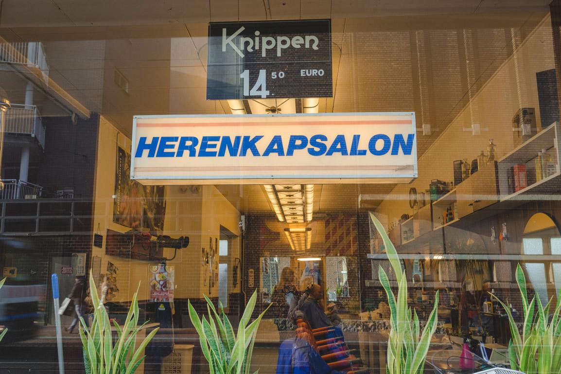 No bairro de DePijp não faltam estabelecimento encantadores como este barbeiro