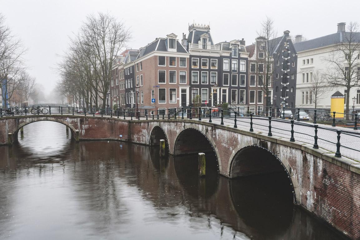 Um dos canais mais famosos de Amesterdão antes das multidões acordarem