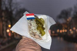 O arenque cru é um petisco típico nas ruas de Amesterdão
