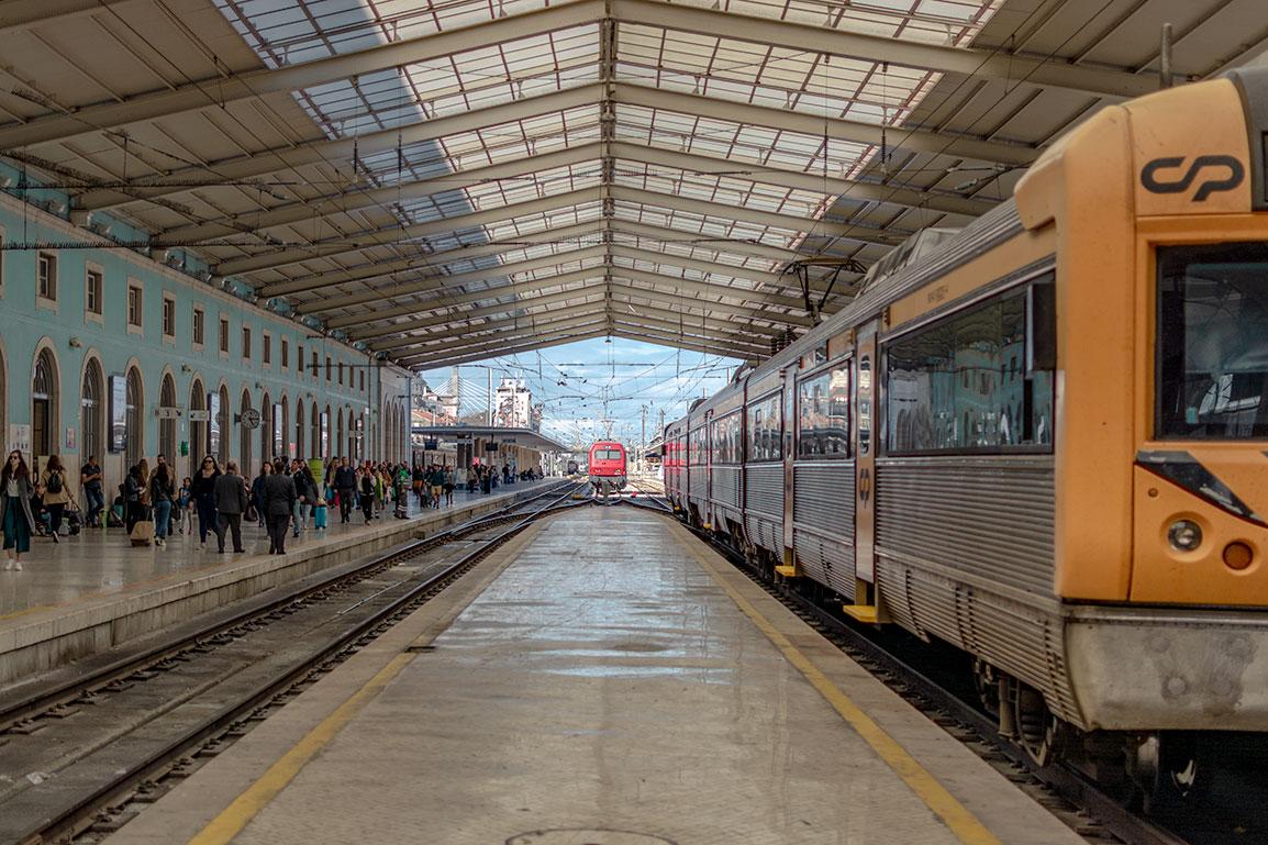 Comboio de Lisboa ao Porto, estação de Santa Apolónia