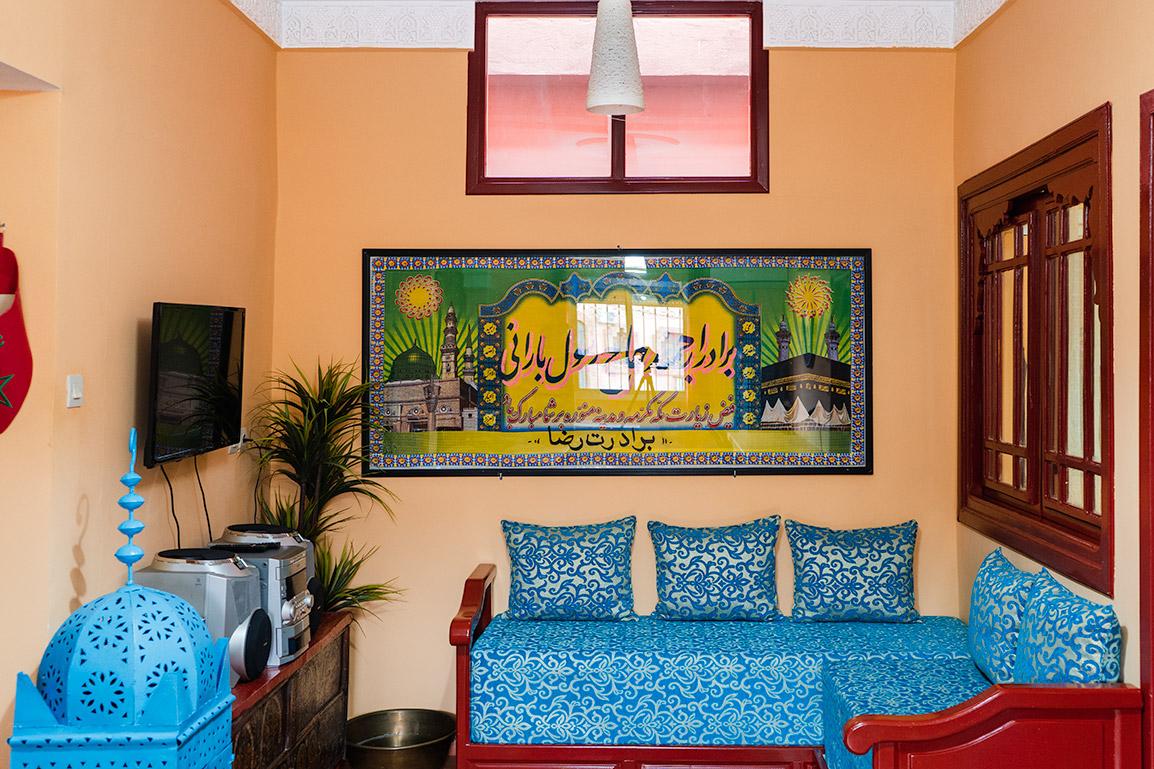 O espaço de estar com sofás e uma televisão