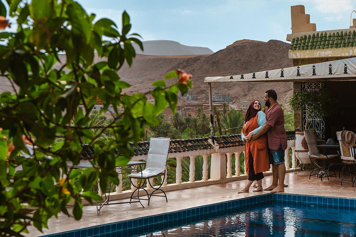 O casal Kasoest junto a uma piscina no Oasis de Fint
