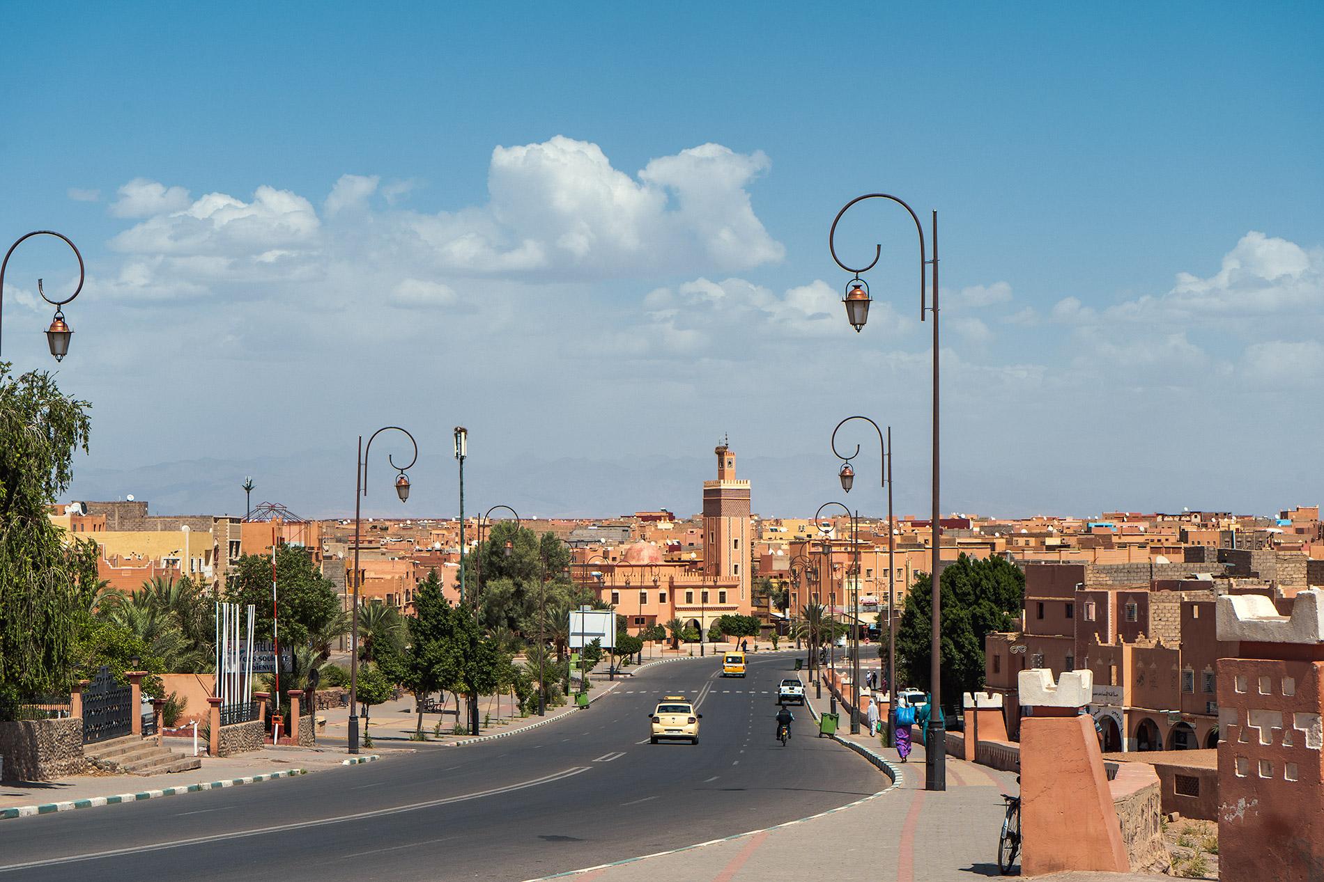 Uma avenida central em Ouarzazate