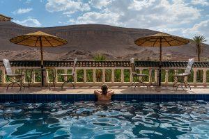 Maria na piscina de um hotel no Oasis de Fint