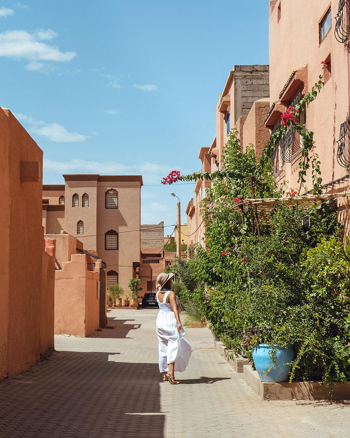 Maria numa rua em Ouarzazate