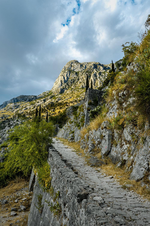 Vista para as verdejantes montanhas de Kotor no Montenegro no trilho das muralhas