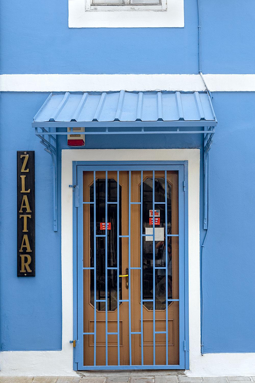 Fachada num elétrico tom azul, em Cetinje no Montenegro