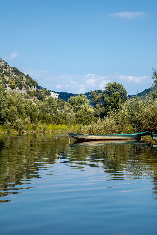 Barco no rio Crnojević no Montenegro