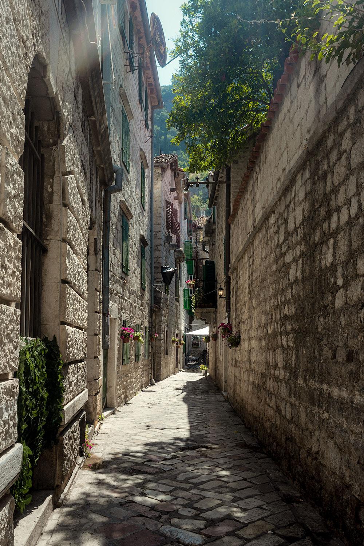 Uma rua do centro de histórico de Kotor ao amanhecer