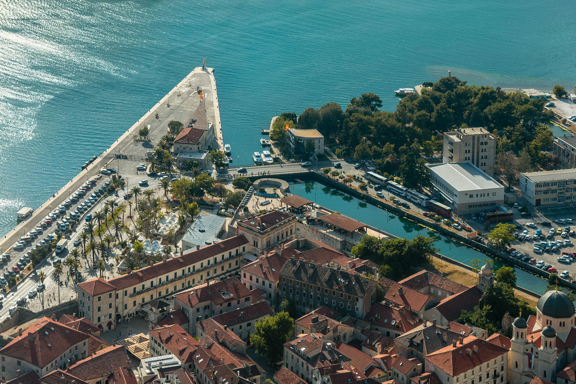 Vista para a cidade velha de Kotor e o mar Adriático