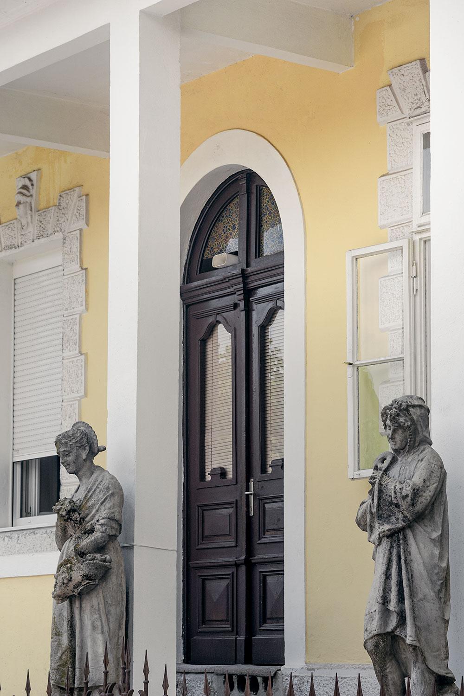 Entrada para um edifício histórico de Cetinje