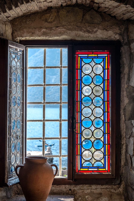Vista para o mar Adriático de uma janela na ilha da Nossa Senhora das Rochas (Our Lady of the Rocks) no Montenegro