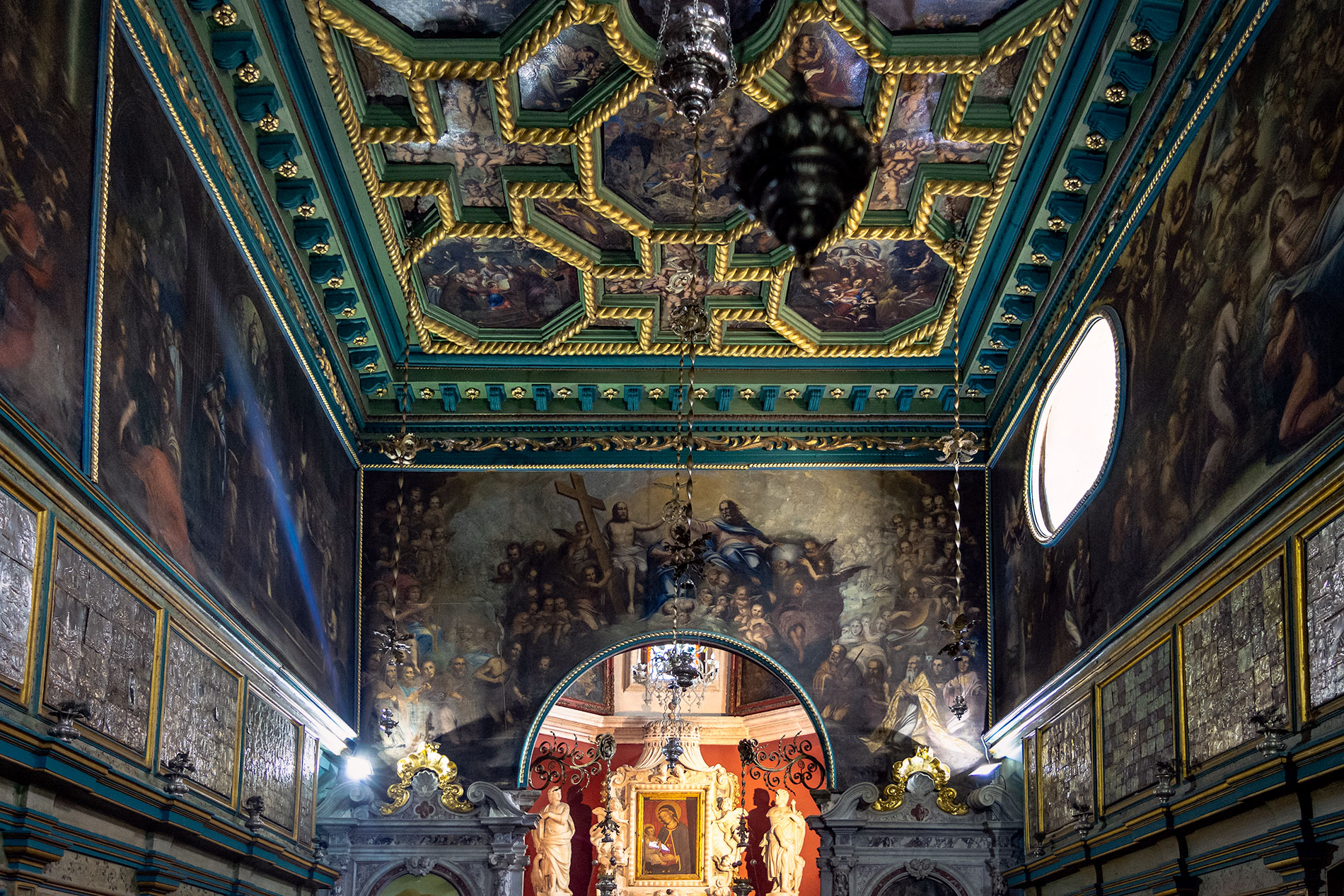 O interior da Igreja de Our Lady of the Rocks localizada na ilha com o mesmo nome