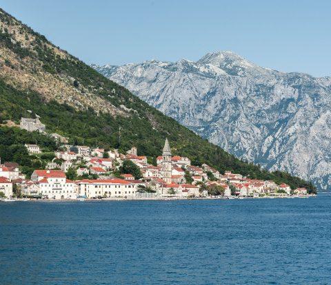 Vista para Perast e as belas montanhas na Baía de Kotor, no Montenegro