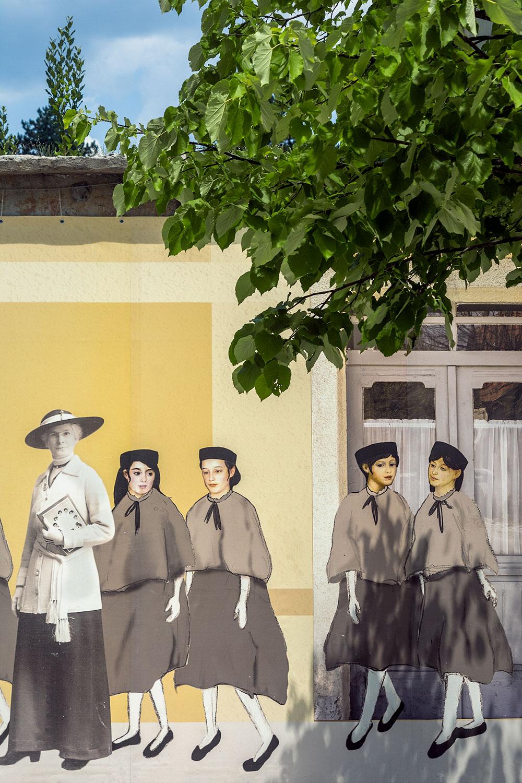 Jovens retratadas num mural na cidade de Cetinje, a antiga capital do Montenegro