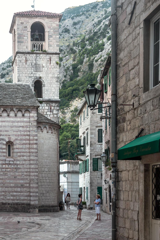 Conversas entre locais nas primeiras horas do dia no centro histórico de Kotor - a melhor altura para tirar fotos no Montenegro