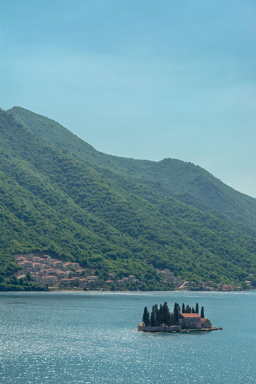 Vista de Perast para a ilha de São Jorge no Montenegro