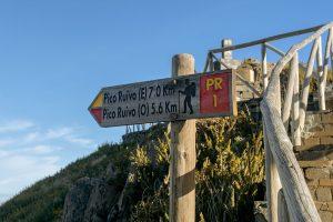 Placas informativas ao longo das caminhadas e levadas na Madeira