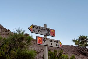 Placas com informações ao longo das caminhadas e levadas na ilha da Madeira