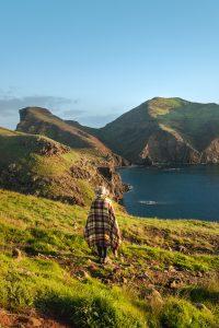 Maria a observar o nascer do sol na Ponta do Buraco, junto à Ponta de São Lourenço na Ilha da Madeira
