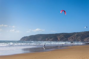 A praia do Guincho é perfeita para a prática de desportos como o kitesurf