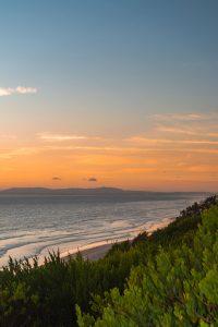 Pôr do sol alaranjado numa das praias mais bonitas de Lisboa
