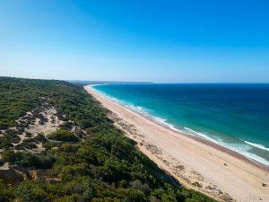 O longo areal das praias da Costa da Caparica em Lisboa, Portugal