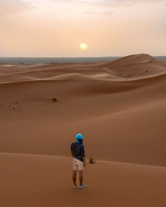 Um pôr do sol nas dunas do deserto em Marrocos