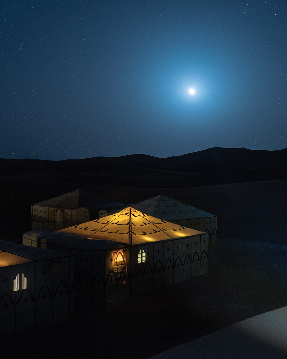 Céu estrelado e tendas no deserto em Marrocos