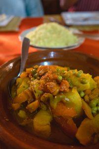 Prato de comida tradicional em Marrocos