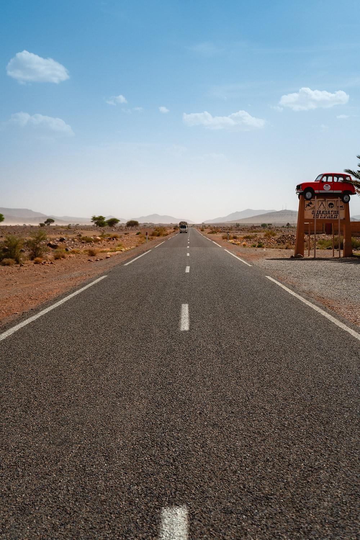Uma estrada sem fim perto do deserto em Marrocos