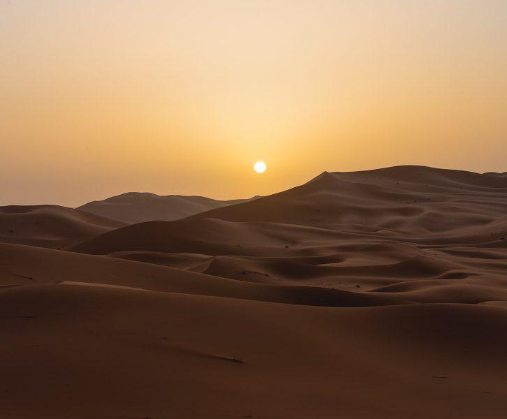 Nascer do sol mágico no deserto em Marrocos