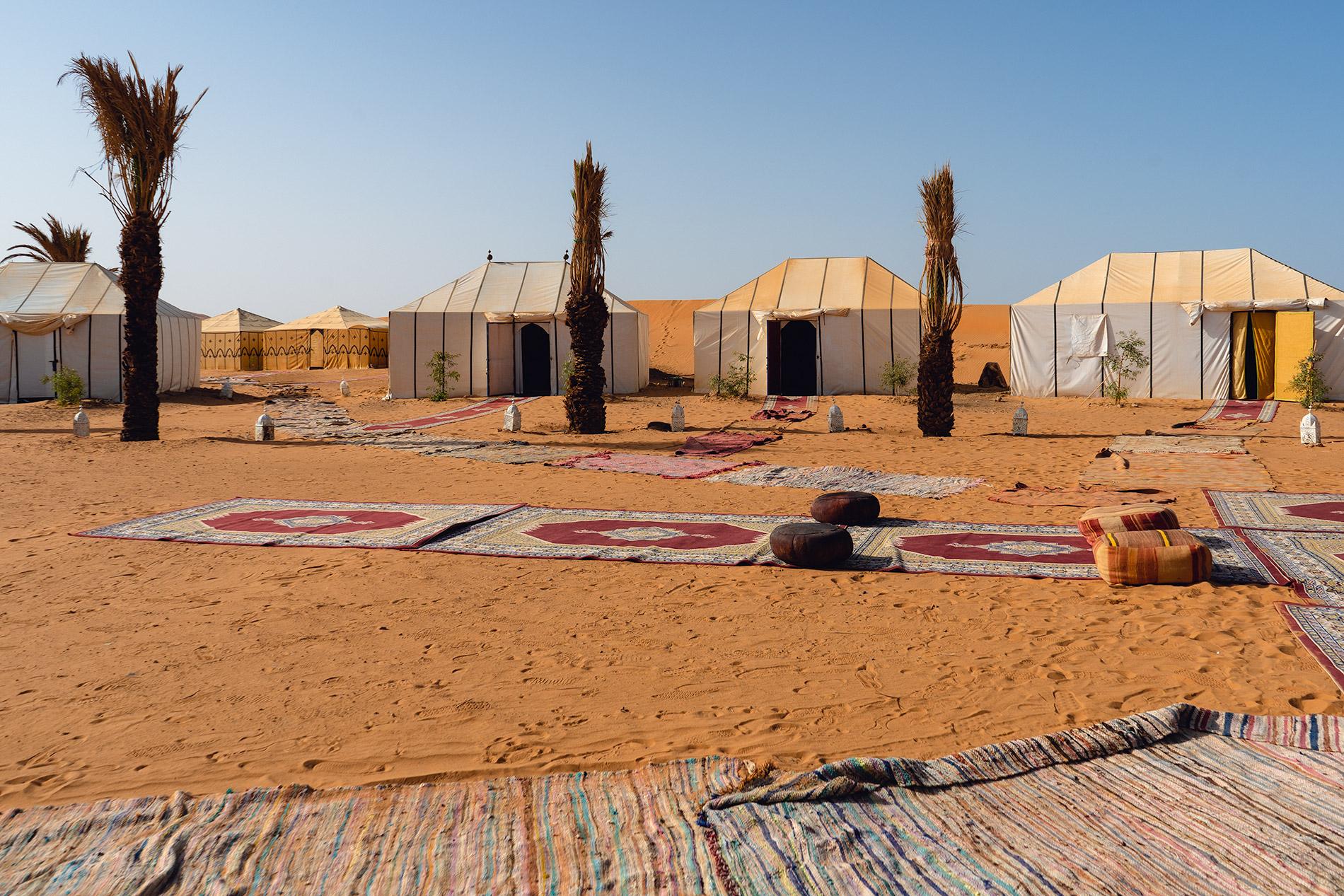 As tendas num acampamento de luxo no deserto em Marrocos