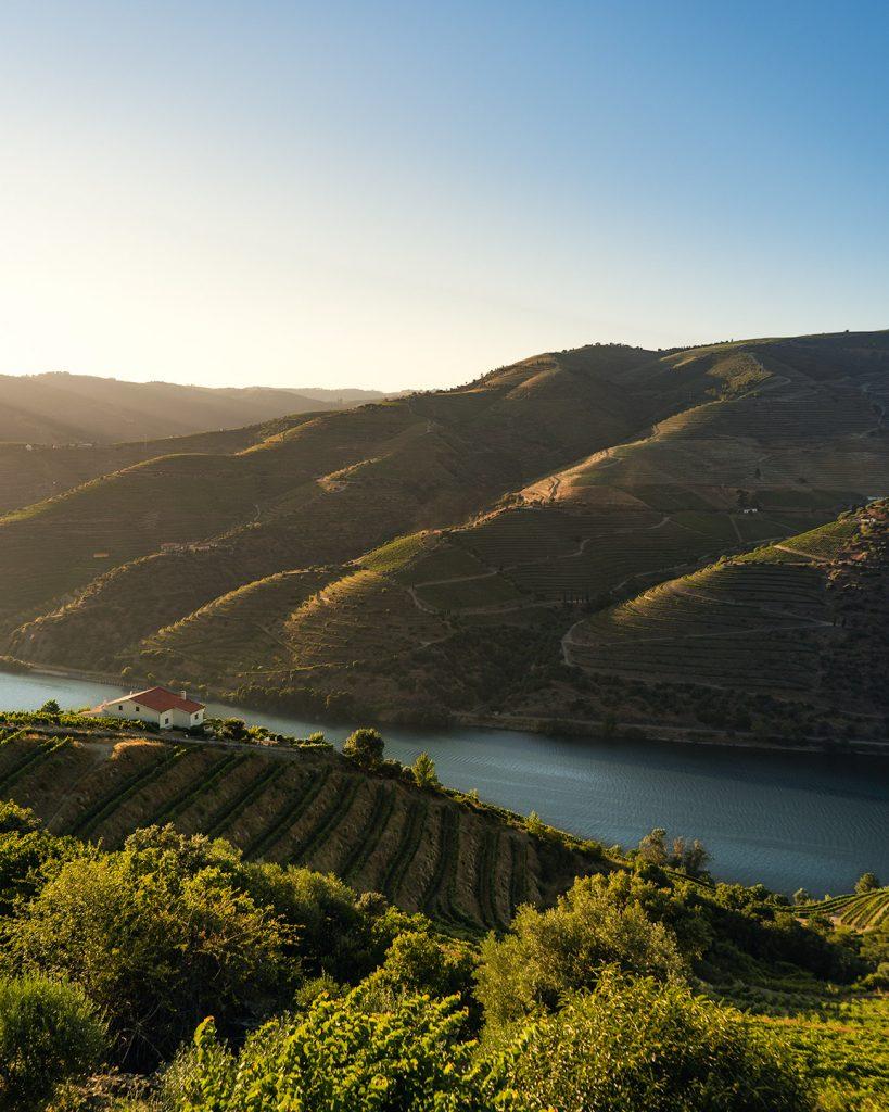 Por do sol magnífico num miradouro improvisado na região do Douro