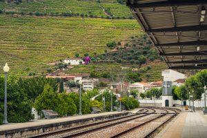 Vista da icónica estação de comboio de Pinhão, no Douro Vinhateiro