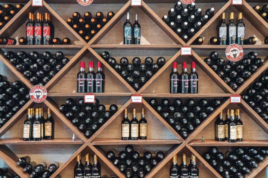 Uma atividade sugerida no Vale do Douro é uma prova de vinhos