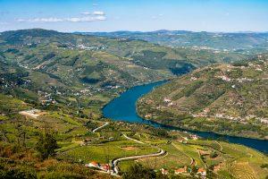 Os melhores miradouros no Douro incluem uma vista para o rio