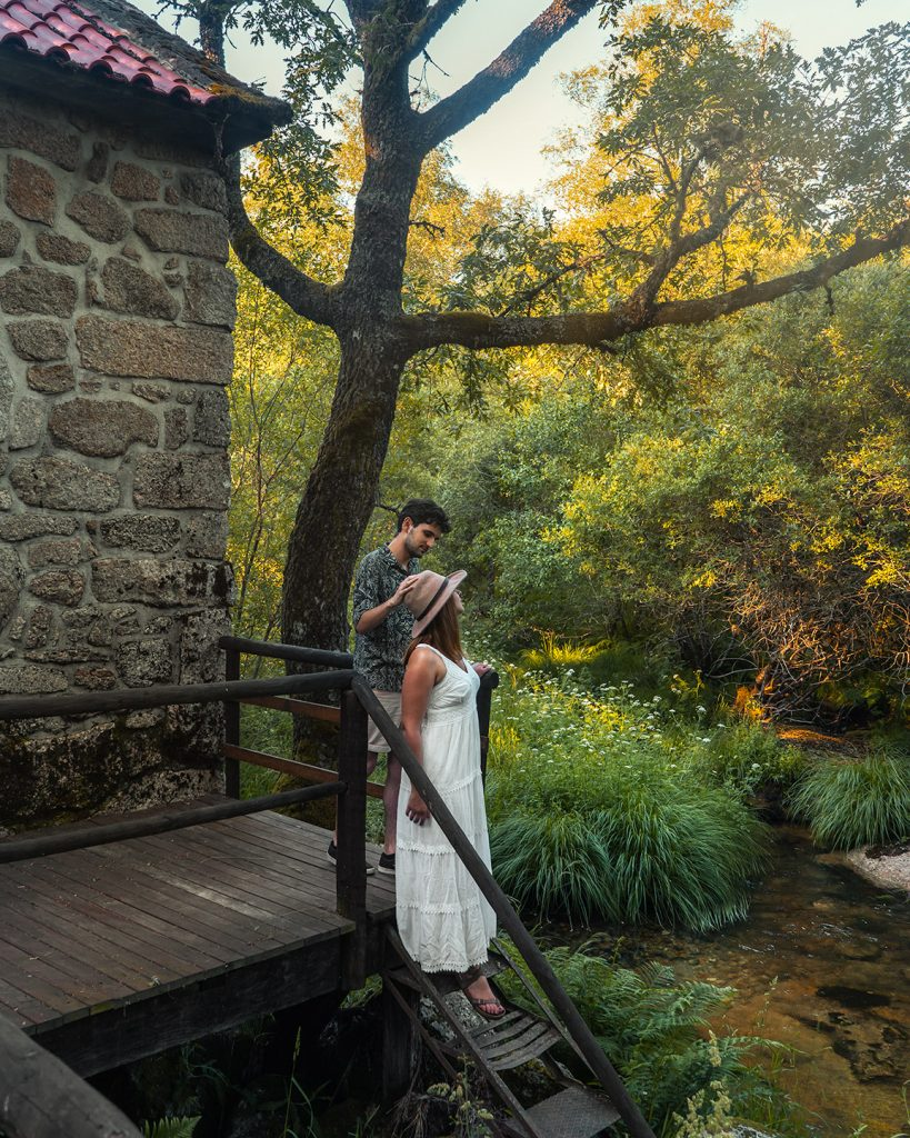 Casal no exterior dos Moinhos do Poço Verde em Castro Laboreiro